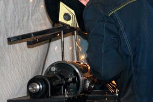 Наш специалист ремонтирует карданный вал - УКД челябинск